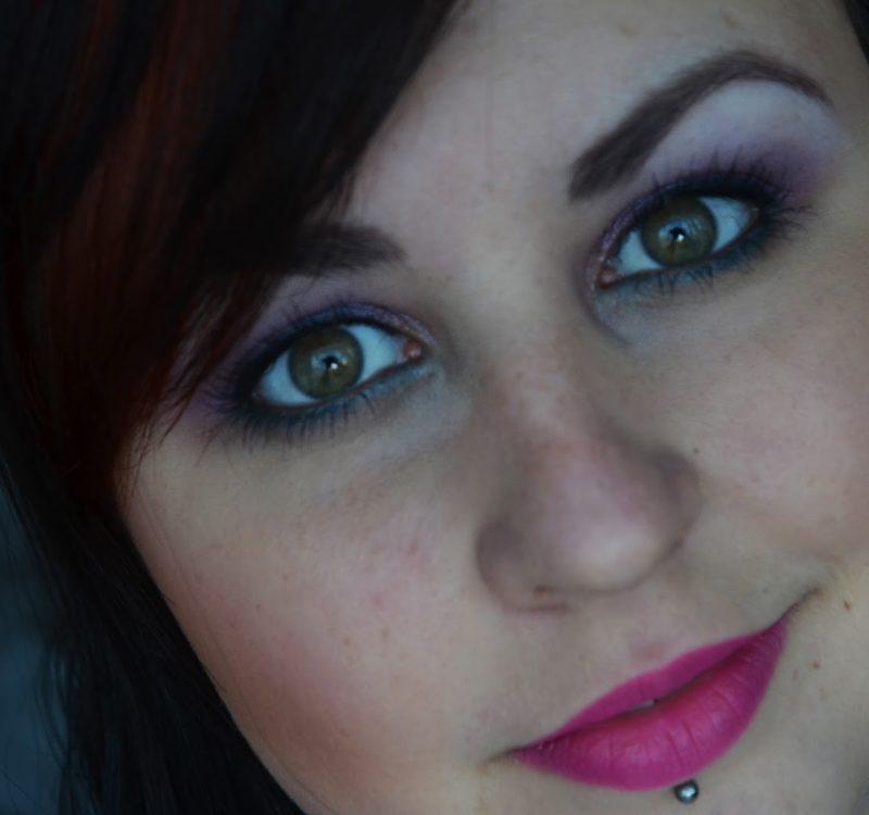 Delikatny fioletowy makijaż z turkusem