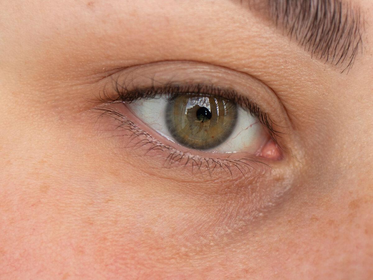 korektor pod oczy rare beauty